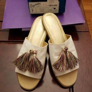 Ladies New sandals-size 7